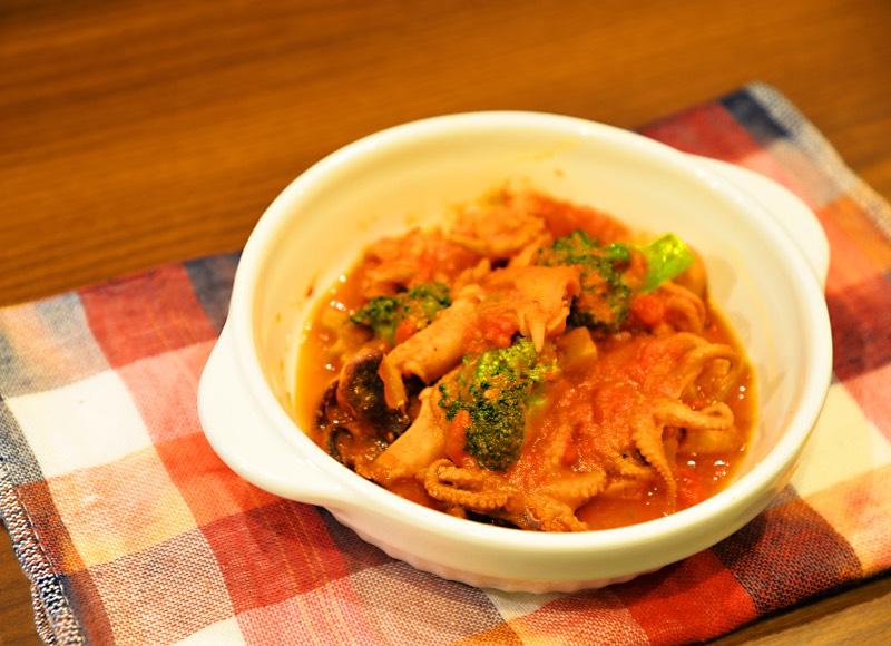 イイダコとつぶ貝のピリ辛トマト煮込み